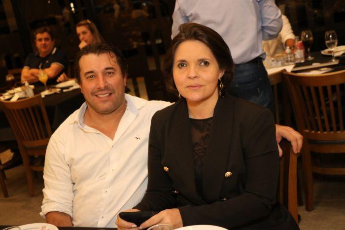 A competente assessora de imprensa, Fernanda Aleixo, acompanhada pelo marido José Lopes.