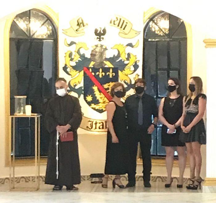 Frei Laércio e família Marinelli durante bênção do espaço de festas.