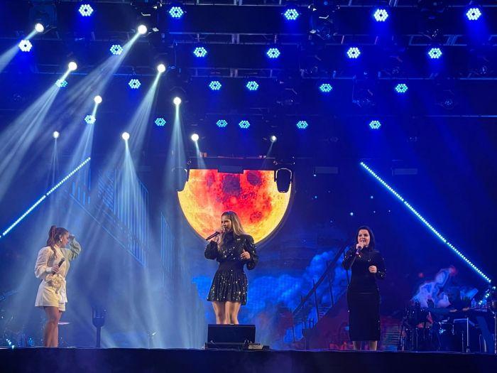 Marília Mendonça recebe Maiara e Maraisa durante show em São José dos Campos na noite deste sábado (25).