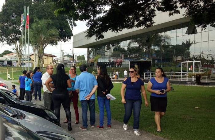 Manifestação ocorreu na tarde desta sexta-feira, em frente ao Paço Municipal