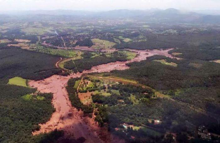 Rejeitos da mineradora são levados pelo Córrego do Feijão até o Rio Paraopebas