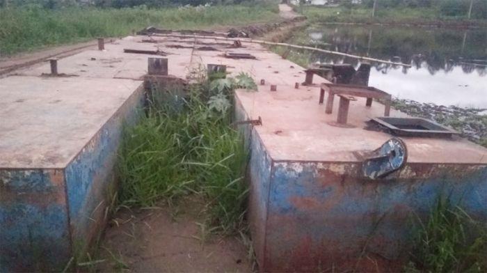 Balsa está abandonada há cerca de um ano e ainda não foi retirada do lago