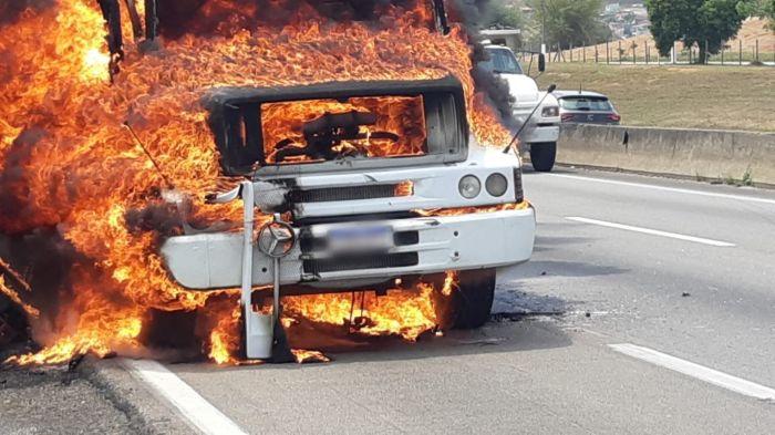 Caminhão pega fogo na Dutra em Caçapava.