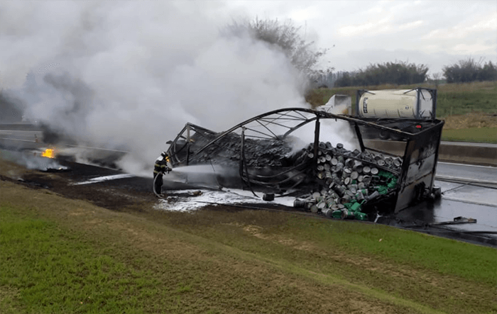 Carreta com óleo lubrificante pega fogo na Via Dutra em Cachoeira Paulista