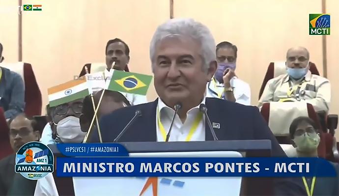 Ministro Marcos Pontes em pronunciamento após lançamento do satélite Amazonia-1 na Índia