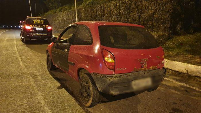 Homens depredam o próprio carro em Ubatuba.