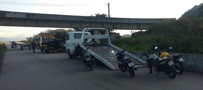 PM apreende 15 motocicletas em Caraguatatuba; foram abordadas 38 pessoas durante operação.
