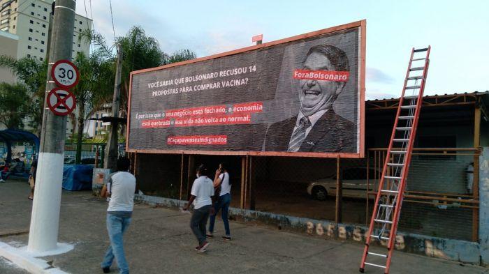 Outdoor com publicidade exposta no início do mês em Caçapava fez críticas ao presidente.