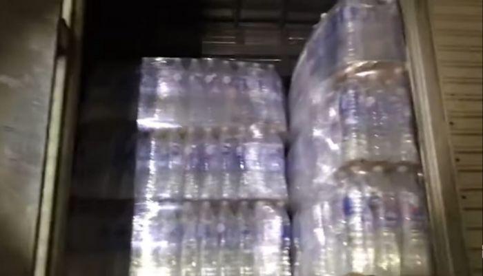 Carga de água mineral estava em um dos caminhões.