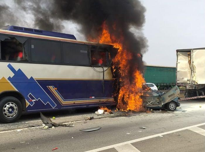 MORTOS E FERIDOS:Ônibus e automóvel pegam fogo na Dutra nesta terça-feira (14).