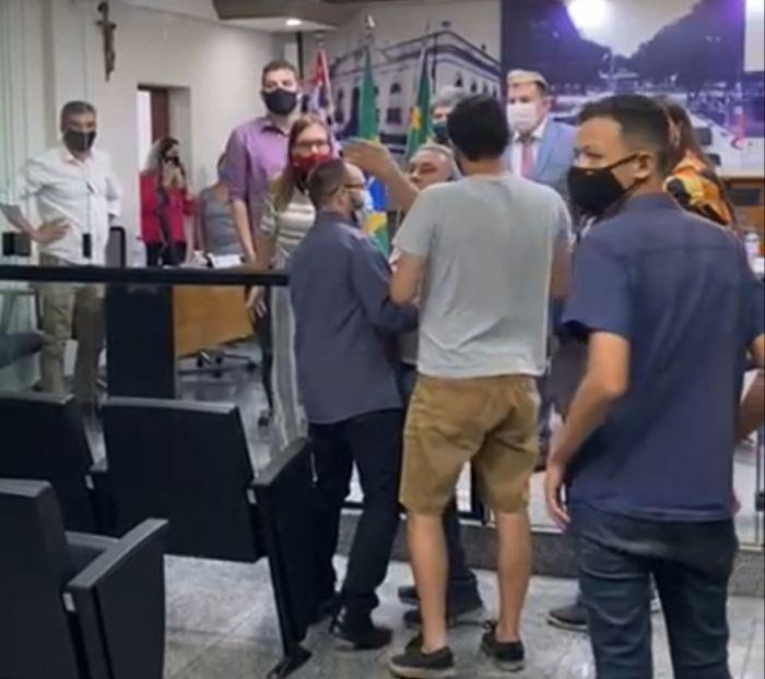CAÇAPAVA: Depois de sessão suspensa e confusão, câmara vota taxa extra de iluminação pública nesta quarta-feira