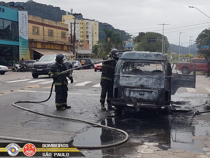 Kombi pega fogo em Caraguatatuba