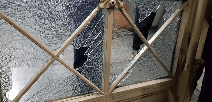 Na confusão,  vidro da porta do prédio da Câmara foi quebrado.