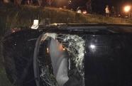 Motorista embriagado capota carro e colide com moto em Ubatuba
