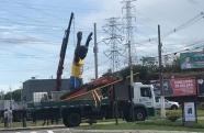 Após polêmica, estátua do João do Pulo é removida para reparos