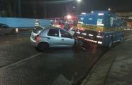 Acidente grave na Rodovia Tamoios deixa uma vítima presa nas ferragens