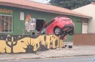Motorista perde o controle e se choca contra o muro em Taubaté