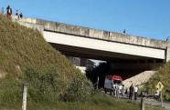 Adolescente está em estado grave após cair de viaduto em obras em Caraguatatuba